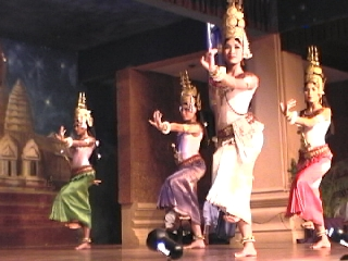 """Muchachas camboyanas haciendo la tradicional danza """"apsara""""."""