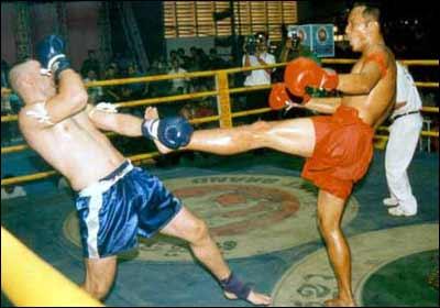 Ei Phouthorn, a la derecha, derrota a un australiano. Foto de Everyday.com.kh