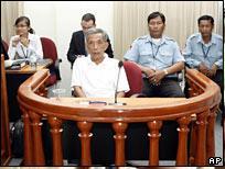 Ante el Tribunal Internacional de Phnom Penh, fase preliminar. Foto AP.