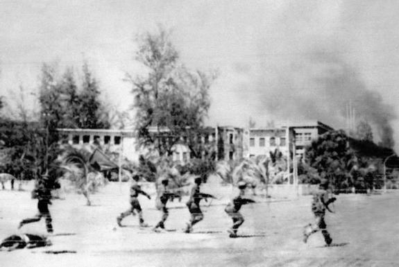 Soldados vietnamitas entran a la desolada Phnom Penh en 1979.