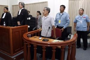 Duch en el Tribunal de Camboya con sus dos abogados, el francés François Roux y el camboyano Kar Savuth. Foto Chor Sokounthea/AFP/Getty Images.