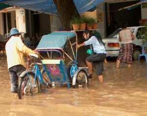 Una chica intenta cruzar la inundación en un tuktuk en Phnom Penh el pasado 24 de abril. Foto de http://www.parish-without-borders.net