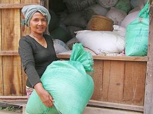 La señora Yem Nuon, cajera de Caritas Camboya en una aldea de la provincia de Kandal.
