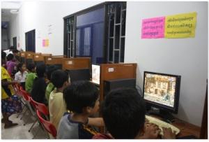 Niños de la provincia de Kep en el primer y único café Internet académico de Camboya en la escuela de aprendizaje Don Bosco Kep.