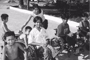 Loung Ung entre niños discapacitados en un centro de rehabilitación de Nom Penh.