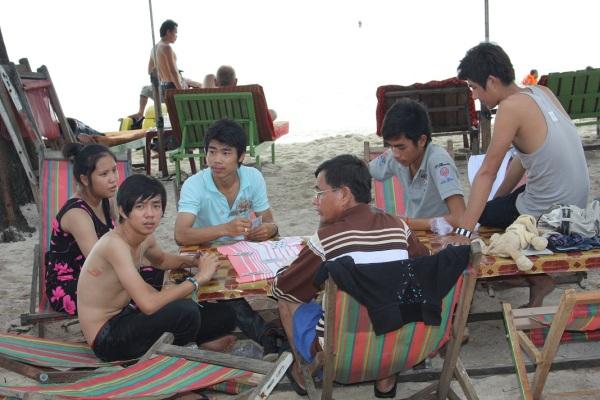 camboyanos-en-la-playa